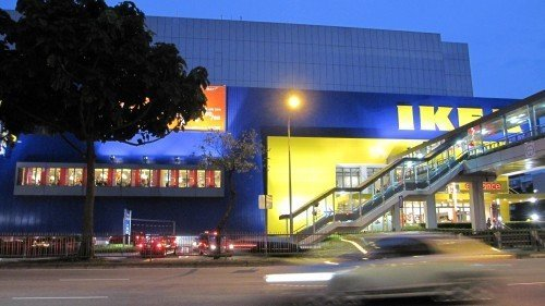 IKEA looks so yellow and so blue at night~
